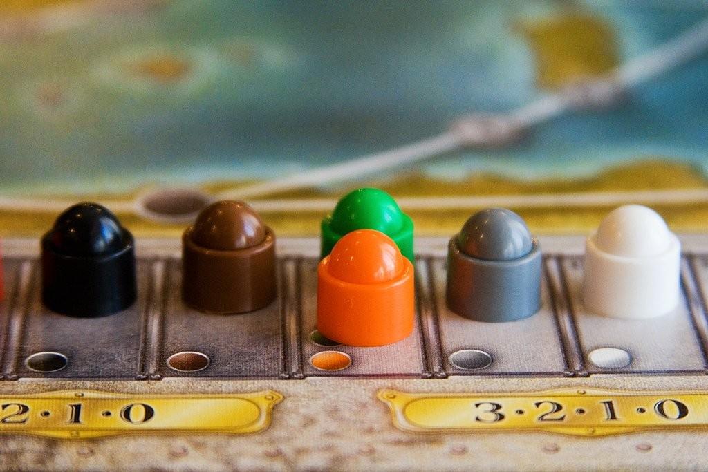 Prenons la compagnie grise : le joueur majoritaire gagne 3 points. Le deuxième gagne 2 points. Le troisième, 1 point. Et le quatrième, rien du tout... si des joueurs sont à égalité, on additionne les points disponibles et on les divise par le nombre de joueurs concernés, arrondi au supérieur (par exemple s'il y a deux joueurs en deuxième position, ils marquent (2+1)/2 = 2 points.)
